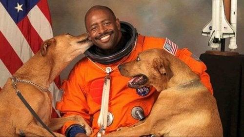 De astronaut die een foto met zijn honden wilde nemen