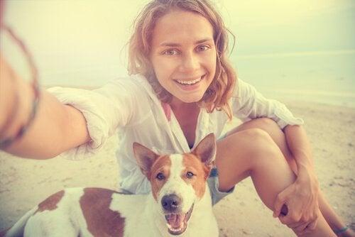 Vrouw met haar hond op het strand