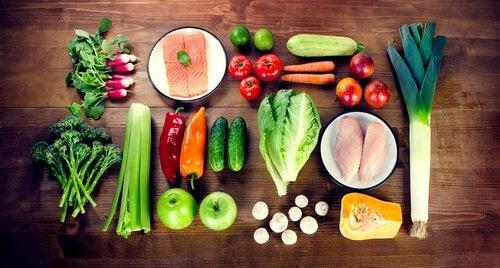 Groenten en vlees op tafel