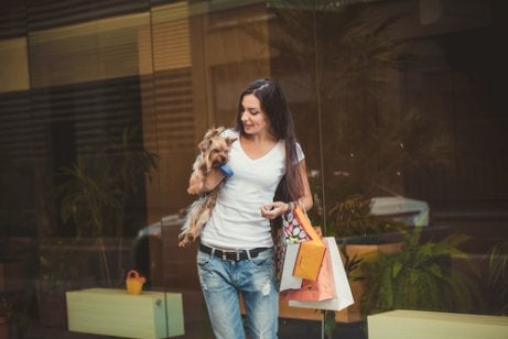 Vrouw komt uit winkel met een hond