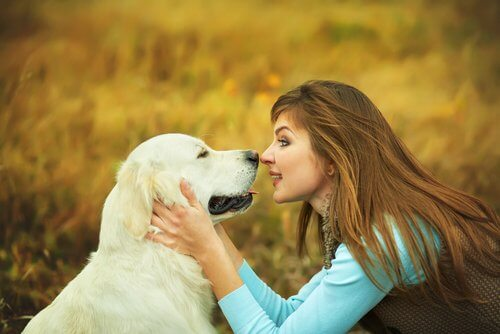 vrouw praat met haar hond