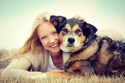 Vrouw knuffelt met haar hond