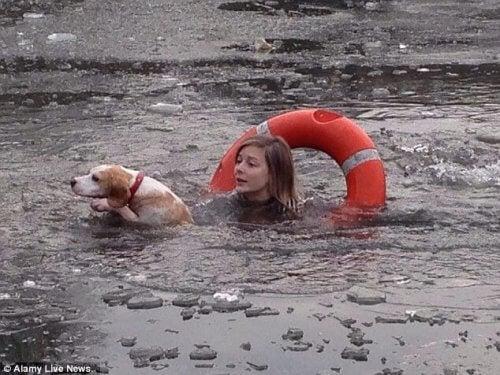 Vrouw springt in een bevroren meer om een hond te redden