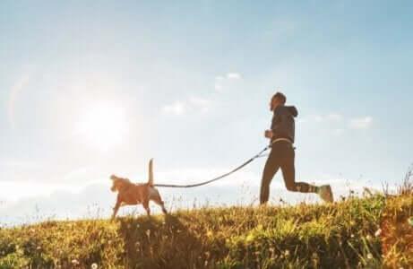 Een man loopt hard met zijn hond