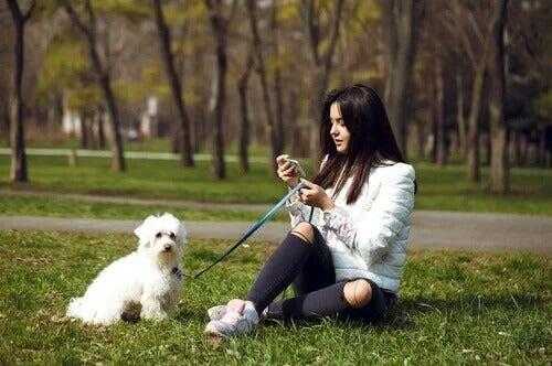 Dziewczyna z psem na smyczy