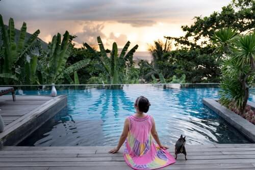 Kobieta z psem na basenie