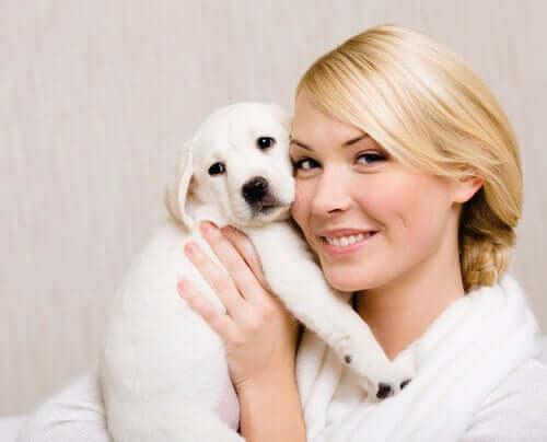 podobieństwo psa i właścicielki biel