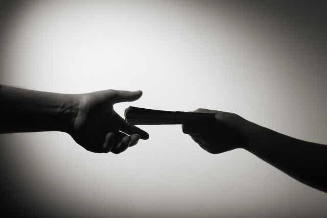 Podawanie pieniędzy z ręki do ręki