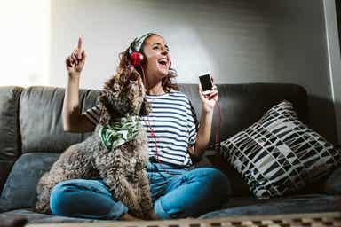 Pies słuchający muzyki z właścicielką