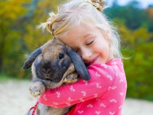 Dziewczynka trzyma królika