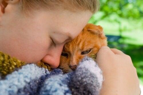 Kobieta trzyma na ręku kota i przytula