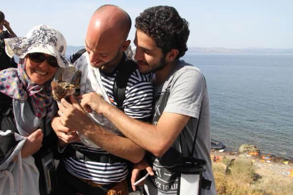 Syriska flyktingar med kattunge