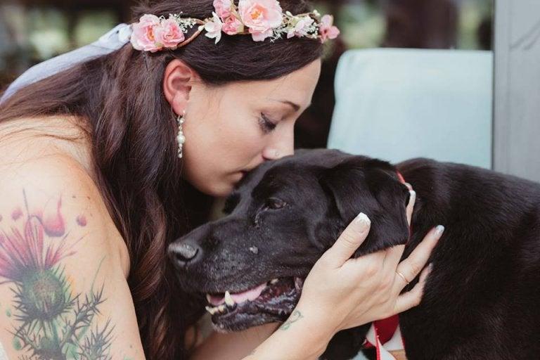 Kvinna som pussar hund.