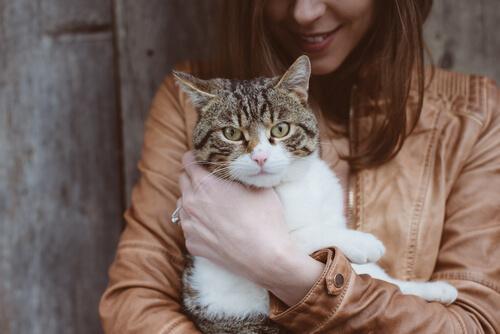 Kvinna som håller sin katt.