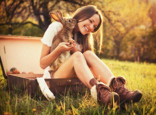 Flicka med kanin i knät.