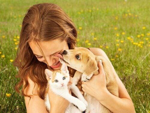 Kvinna med adopterade djur i famnen.