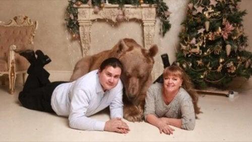 Den tama björnen Stepan lever hos ett ryskt par
