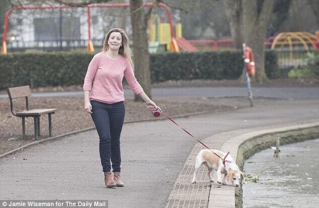Selena är ute och går med sin räddade hund.
