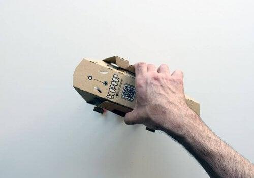 Hand visar hur man använder ecopoop.