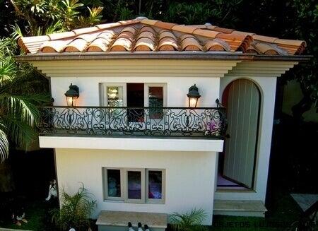 Hundhus i neoklassisk stil.