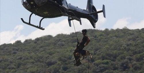 Person firar ner sig från helikopter.