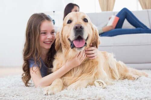 En flicka kramar sin hund.