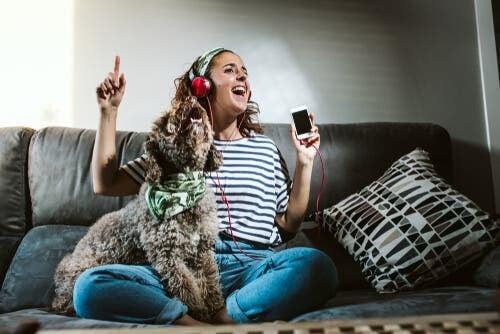 Ska jag lämna radion på för mitt husdjur när jag går hemifrån?