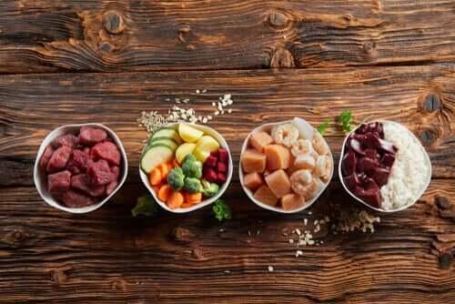Skålar med olika livsmedelsgrupper
