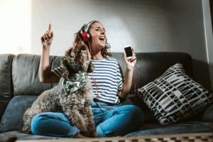 hundar att slappna av: hund och ägare lyssnar på musik