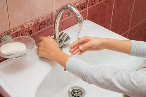 A lady washing her hands